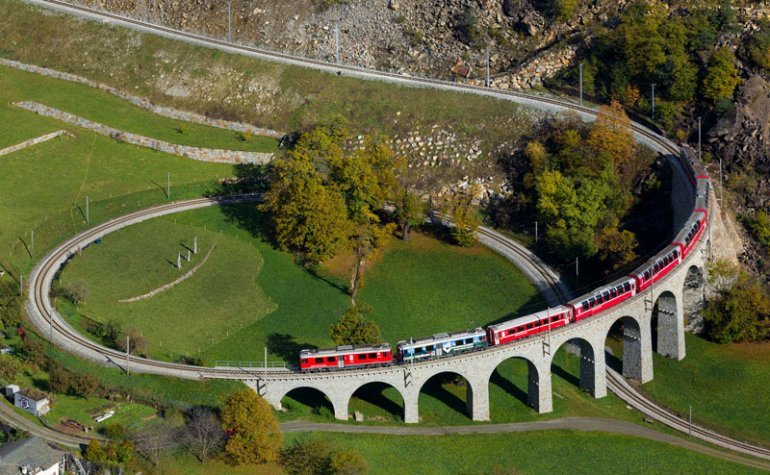 Spectacular view of trains Travel (3)