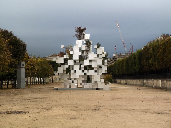 Pixel impressive sculpture in Paris (2)